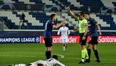 Trọng tài Tobias Stieler rút thẻ đỏ trực tiếp cho Remo Freuler