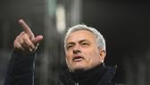 Jose Mourinho chỉ nhìn lên trong trận derby London thứ 203