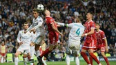 Robert Lewandowski  tranh bóng với Cristiano Ronaldo
