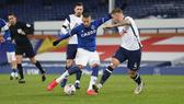 Richarlison (Everton) sút bóng trước hàng thủ Tottenham