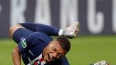 Kylian Mbappe theo đội sang Anh, nhưng không xỏ giày ra tập làm quen sân Etihad