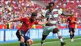 Jose Gaya cố gắng tạt bóng trước Renato Sanches (Bồ Đào Nha)
