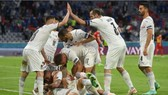 Các cầu thủ Italia mừng bàn thắng trước Bỉ
