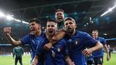 Các cầu thủ Italia ăn mừng chiến thắng