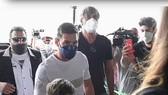 Messi cùng gia đình đến sân bay để sang Pháp