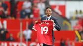 Raphael Varane khoe chiếc áo số 19 của mình