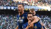 Calhanoglu và Dzeko ăn mừng bàn thắng trong trận ra mắt Inter Milan