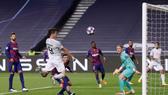 Robert Lewandowski ghi bàn trong trận Bayern thắng Barcelona 8-2