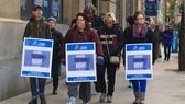 Sinh viên tham gia biểu tình cùng giáo viên trường George Brown College. Ảnh: CBS