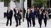 Các thành viên chính quyền bị giải tán ở vùng tự trị Catalonia trên đường đến toà án tại Madrid. Ảnh: BBC  
