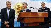 Tổng thống Argentina Mauricio Macri (giữa) và Bộ trưởng Quốc phòng Oscar Aguad (trái). Ảnh: Clarin
