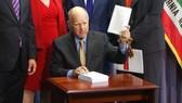 Thống đốc California Jerry Brown vừa ký ban hành đạo luật về bảo mật thông tin. Ảnh: CNBC