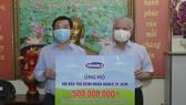 Ông Đỗ Thanh Tuấn, Giám đốc Đối ngoại công ty Vinamilk trao tặng kinh phí mổ tim cho trẻ em có hoàn cảnh khó khăn đến Hội Bảo trợ Bệnh nhân nghèo TPHCM