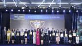 Bà Bùi Thị Hương – Giám đốc điều hành Khối Nhân sự, Hành chính & Đối ngoại Vinamilk nhận giải thưởng Nơi làm việc tốt nhất Việt Nam năm 2020