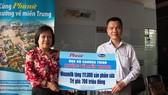 Ông Nguyễn Trung, Chủ tịch Công đoàn Công ty Vinamilk trao bảng tượng trưng 111.000 sản phẩm dinh dưỡng ủng hộ đồng bào miền Trung