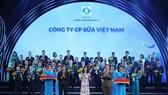 Bà Nguyễn Thị Minh Tâm, Giám đốc Chi nhánh Vinamilk Hà Nội đại diện nhận biểu trưng tại lễ công bố