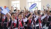 Niềm vui của các em nhỏ khi nhận sữa từ chương trình Quỹ sữa Vươn Cao Việt Nam và Vinamilk