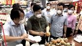 Thủ tướng Chính phủ Phạm Minh Chính kiểm tra công tác chuẩn bị hàng hóa tại Saigon Co.op
