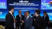 Phó Thủ tướng trao đổi với các diễn giả. Ảnh: VGP/Đình Nam
