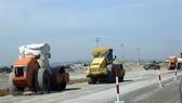 Thi công nền đường một phân đoạn của tuyến đường bộ cao tốc Bắc-Nam. (Ảnh: Huy Hùng/TTXVN)