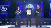 Bác sĩ Mai Thanh Việt – Giám đốc Tiếp thị Cấp cao đại diện Nutifood nhận giải thưởng 50 thương hiệu dẫn đầu