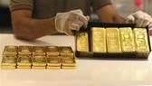 Giá vàng thế giới rời khỏi mức cao nhất trong hai tuần