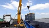 Bốc xếp hàng hóa tại cảng Tân Cảng-Thốt Nốt. (Ảnh: TTXVN)
