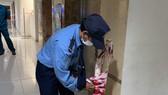 Bảo vệ chung cư tháo hàng rào barie và bảng thông báo cách ly tại tầng 15 chung cư  Carillon. Ảnh: Báo Lao động