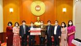 Ông Trần Thanh Mẫn - Ủy viên Bộ Chính trị, Chủ tịch Ủy ban TWMTTQ Việt Nam và Ông Phạm Quốc Thanh - Tổng Giám đốc HDBank tại buổi lễ trao tặng 1,5 tỷ đồng hỗ trợ tỉnh Hải Dương chống dịch Covid-19