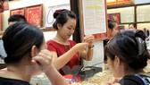 Giao dịch vàng tại Bảo Tín Minh Châu. (Ảnh: TTXVN)