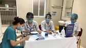 Tiêm chủng vaccine phòng COVID-19 đợt 1 tại điểm tiêm Bệnh viện Thanh Nhàn. (Ảnh: PV/Vietnam+)