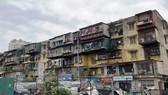 Theo số liệu tổng hợp của Bộ Xây dựng, hiện nay, tại các đô thị trên cả nước có khoảng 2.500 khối nhà chung cư cũ được xây dựng từ trước năm 1994 với hơn 100.000.000 hộ dân đang sinh sống. (Ảnh: Hùng Nguyễn/Vietnam+)