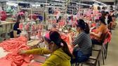 Hoạt động sản xuất tại một doanh nghiệp dệt may ở Thừa Thiên-Huế. (Ảnh: Mai Trang/TTXVN)