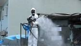 Cán bộ, chiến sỹ Binh chủng Hóa học và Bộ Tư lệnh Thủ đô phun khử khuẩn tại Bệnh viện K cơ sở Tân Triều. (Ảnh: Minh Đức/TTXVN)