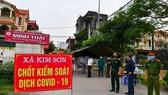Lực lượng chức năng kiểm soát, cách ly y tế tại xã Kim Sơn, huyện Gia Lâm. (Ảnh: TTXVN phát)