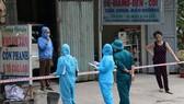 Lực lượng chức năng tổ chức ra soát thông tin người dân khu cách ly tại Hòa Bình. (Ảnh: Thanh Hải/TTXVN)