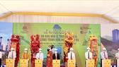 Các đại biểu bấm nút khởi công dự án xây dựng Khu nhà ở thương mại và các công trình hỗn hợp – dịch vụ, Khu đô thị mới Lào Cai - Cam Đường, thành phố Lào Cai.