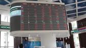 Nhà đầu tư theo dõi bảng giá chứng khoán tại sàn HOSE. (Ảnh: Hứa Chung/TTXVN)