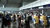 Hành khách chờ làm thủ tục bay tại sân bay Tân Sơn Nhất (ảnh chụp tháng 6-2021) - Ảnh: DUY ANH
