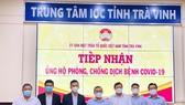 Thaco trao tặng Trà Vinh 1.000 smart TV và 30.000 kit test.
