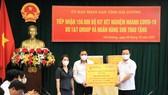 Đại diện Tập đoàn T&T Group và Ngân hàng SHB trao tặng 150.000 bộ kit xét nghiệm test nhanh COVID-19 cho lãnh đạo tỉnh Hải Dương.