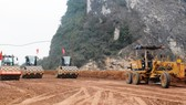 Nhà thầu thi công nền đường một đoạn tuyến cao tốc Bắc-Nam phía Đông. (Ảnh: Việt Hùng/Vietnam+)