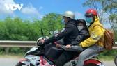 Người lao động từ TP.HCM và các tỉnh phía Nam tự di chuyển về quê bằng xe máy.