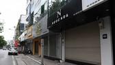 Do ảnh hưởng của dịch Covid-19, nhiều chủ cửa hàng kinh doanh ở Hà Nội đã phải đóng cửa, tạm ngừng kinh doanh.