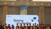 Lãnh đạo VGU trao bằng tốt nghiệp cho các tân cử nhân và thạc sĩ