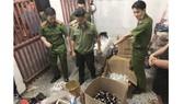 Lực lượng chức năng tại hiện trường xưởng sản xuất hàng giả