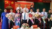 Các đại biểu nhận hoa chúc mừng từ Bí thư Tỉnh ủy Bình Phước