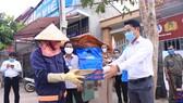 Doanh nhân trẻ tặng quà cho người khó khăn trong đợt dịch Covid-19