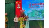 Phó Chủ tịch UBND tỉnh Bình Dương Nguyễn Lộc Hà chúc mừng Hiệu trưởng Trường ĐH Kinh tế - Kỹ thuật Bình Dương