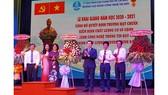 Lãnh đạo TDC nhận hoa chúc mừng từ các đơn vị